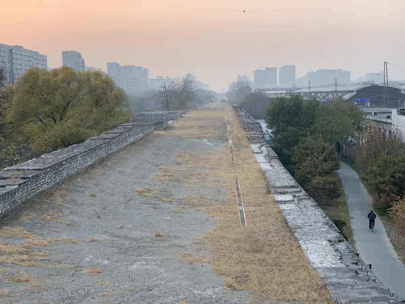 北京_北京駅裏手の城壁a.jpg
