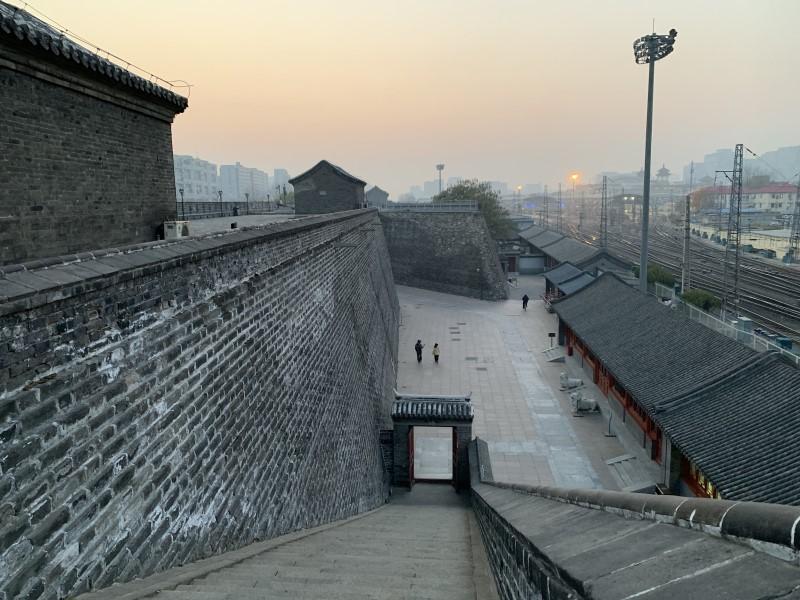 北京_北京駅裏手の城壁b.jpg