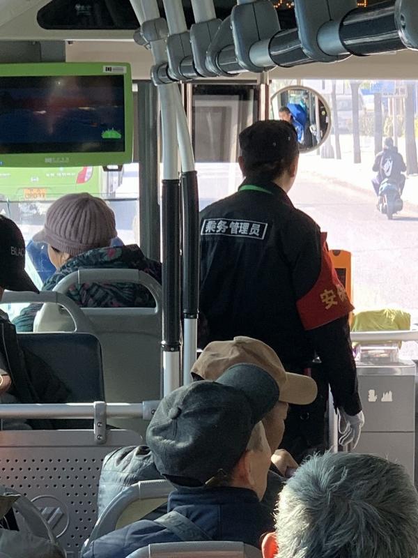 市バスの腕章乗務員_北京市2018nov.jpg